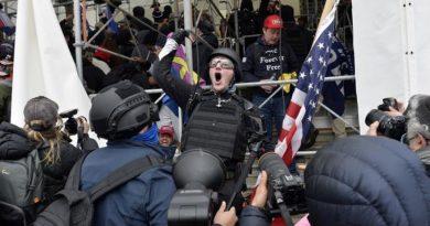 Suspendidos dos policías de Seattle que participaron en el asalto al Capitolio